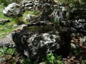 Fontana monolitica sotto il Col Finestra di Perloz - Foto di Gian Mario Navillod.