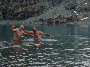 Turisti al bagno nel Gran Lago d'Aventine - Quota 2809 m - Foto di Gian Mario Navillod.