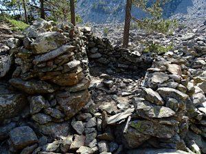 Resti di costruzione ai piedi del Clapey Ghiabou di Pontey - Foto di Gian Mario Navillod.