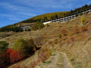 Il Ru des Barmes di Saint-Rhémy-en-Bosses e raccordo autostradale per il Tunnel del Gran San Bernardo - Foto di Gian Mario Navillod.