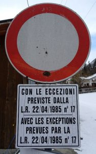 Divieto di transito ai sensi della legge regionale 17/85 (Valle d'Aosta) - Foto di Gian Mario Navillod.