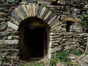 Porta nel villaggio abbandonato di Muin/Moin - Foto di Gian Mario Navillod.