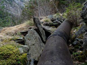 Vecchio alveo del Ru Deval e tubatura in acciaio - Foto di Gian Mario Navillod.