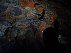 I colori della Grotta Alta della Valmeriana, sulla destra una testa di geologo - Foto di Gian Mario Navillod.