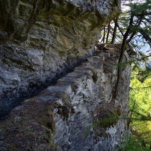 Tratto scavato nella roccia del Ru de Joux di Nus - Foto di Gian Mario Navillod.
