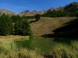Laghetto e Alpe Pierrey lungo il Ru de Joux di Nus - Foto di Gian Mario Navillod.