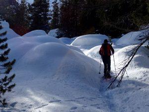Mucchi di neve arrivando al lago della Serva/Servaz nel Parco del Mont Avic - Foto di Gian Mario Navillod.