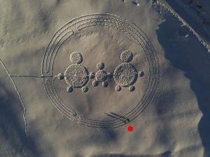 Il labirinto di Natale di Chamois con gli autori Gian Mario ed Eric Navillod (vicino al puntino rosso) - Foto di Andrea Fougnier.