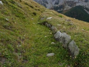 Argine rinforzato da pietre posate di coltello lungo il Ru d'Alp Vuillen - Foto di Gian Mario Navillod.