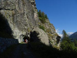 Grande parete rocciosa lungo il Ru Courtaud/Courtod - Foto di Gian Mario Navillod.
