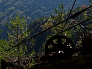 Resti della teleferica della miniera di Herin di Champdepraz - Foto di Gian Mario Navillod.