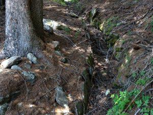 Argini rinforzati con pietrame del Ru de Vuillen/Vullien - Foto di Gian Mario Navillod.