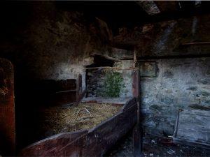 Il letto e il camino all'interno della casetta dei revan del Ru Courtaud/Courtod di Estoul - Foto di Gian Mario Navillod.