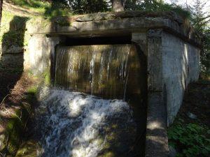 La fontana che alimenta il tratto in alveo naturale del Courtaud/Courtod - Foto di Gian Mario Navillod.