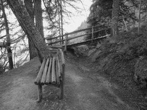 Vecchia panchina e ponte in legno lungo il Ru Courtaud/Courtod - Foto di Gian Mario Navillod.