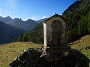 Edicola dell'Alpe Croues/Les Croües salendo verso il Ru Courtaud/Courtod - Foto di Gian Mario Navillod.