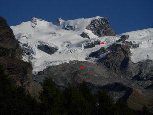 I ghiacciai del Monte Rosa, sotto i puntini rossi, dal basso, il Rifugio Mezzalama e il Rifugio Guide Val d'Ayas - Foto di Gian Mario Navillod.