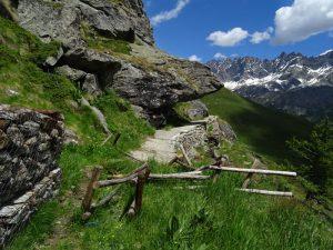 Tratto di sentiero esposto lungo il Ru de By - Foto di Gian Mario Navillod.