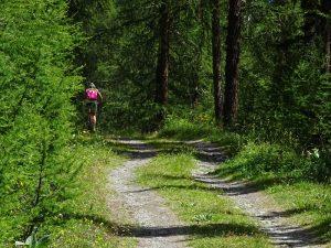 In bici lungo il Ru de By - Foto di Gian Mario Navillod.
