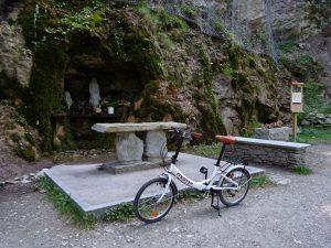 La Madonnina: oratorio lungo il Ru Neuf di Gignod dove sostano i pellegrini della Via Francigena - Foto di Gian Mario Navillod.