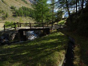 Ponte sul Torrente Menouve e argini in cemento del Ru de Tchiou - Foto di Gian Mario Navillod.