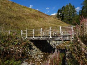 Ponte sul Torrente Chamois sotto la presa del Ru Veuillen - Foto di Gian Mario Navillod.
