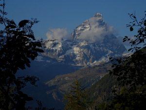 Il Monte Cervino dal belvedere lungo il Ru Veuillen di Chamois - Foto di Gian Mario Navillod.