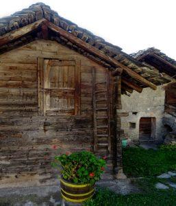 Il grenier di Champvilliar lungo il Ru Pompillard - Foto di Gian Mario Navillod.
