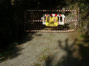 Strada del Ru Pompillard chiusa per pericolo caduta massi - Foto di Gian Mario Navillod.