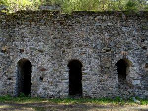 Ruderi della fonderia di rame di Valpelline sotto il Ru Pompillard - Foto di Gian Mario Navillod.