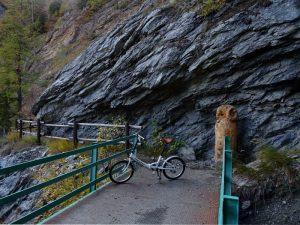 Passerella pedonale e scultura di Dante Marquet lungo il Ru du Mont - Foto di Gian Mario Navillod.
