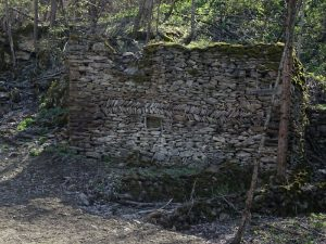 Fabbricato rurale in pietra con muratura a spina di pesce lungo il Ru de l'Eau Sourde - Foto di Gian Mario Navillod.