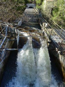 Ponte-canale di alimentazione della centrale di Champagne 2 lungo il Ru de l'Eau Sourde di Arvier - Foto di Gian Mario Navillod.