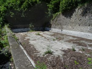 Vasca abbandonata lungo il Ru Herbal - Foto di Gian Mario Navillod.