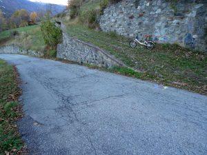 Pista interpoderale lungo il Ru de la Plaine o di Saint-Vincent - Foto di Gian Mario Navillod.