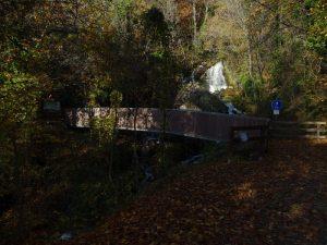 Ponte e cascate del Torrente di Biègne lungo il Ru de la Plaine o di Saint-Vincent - Foto di Gian Mario Navillod.
