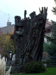 Il castagno scolpito da Roberto Chiurato lungo il Ru de la Plaine o di Saint-Vincent - Foto di Gian Mario Navillod.