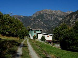 La casa verde di Vierin lungo il Ru Herbal - Foto di Gian Mario Navillod.