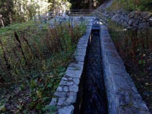 Canale di carico del Ru de Vaud e dissabbiatore - Foto di Gian Mario Navillod.