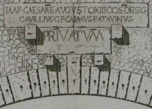Epigrafe romana sul ponte acquedotto di Pont d'Aël/Pondel