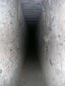 Corridoio del ponte acquedotto di Pont d'Aël/Pondel prima del restauro del 2011 - foto di Gian Mario Navillod.