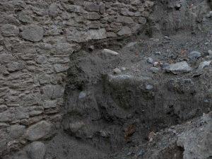 Base priva di fondazione del ponte acquedotto di Pont d'Aël/Pondel - foto di Gian Mario Navillod.