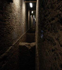 Corridoio interno del ponte acquedotto di Pont d'Aël/Pondel - foto del 9.08.2012 di Gian Mario Navillod.