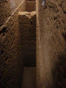 Particolare del setto interno fessurato nel corridoio interno - ponte acquedotto di Pont d'Aël/Pondel - foto del 9.08.2012 di Gian Mario Navillod.