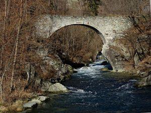 Ponte acquedotto del Ru des Vignes visto dalla presa del Ru Prévôt - foto di Gian Mario Navillod.