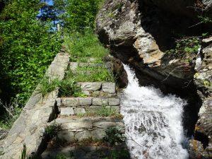 Gradini in pietra lungo il Ru de Charbonnière - foto di Gian Mario Navillod.