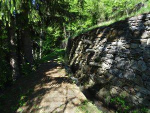 Scale in pietra lungo il sentiero del Ru de Charbonnière - foto di Gian Mario Navillod.