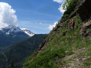Parete rocciosa lungo il sentiero del Ru de Charbonnière - foto di Gian Mario Navillod.
