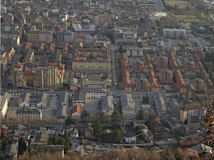 Il quartiere Cogne di Aosta visto dal Ru Bourgeois - foto di Gian Mario Navillod.
