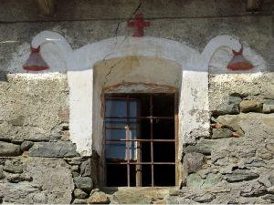 Finestra con collarino decorato lungo il Ru Bourgeois di Gignod - foto di Gian Mario Navillod.